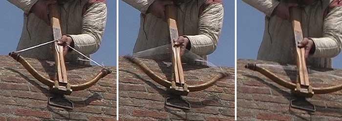 Esempio del tiro dall'alto effettuato con balestra storica senza supporti per il dardo. Si vede bene il pollice sinistro che trattiene la quadrella