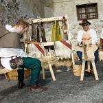 Artigiani al lavoro con trapano a volano e cavra (shaving horse)