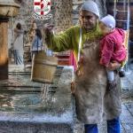 Padre e figlio alla fontana